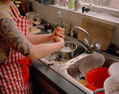 O.T. (Alison spült / Berlin) 2009Foto: Jörg KoopmannCourtesy Galerie Sonja Junkers