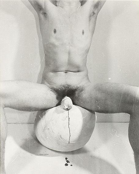 Rudolf Schwarzkogler (1940-1969)/ Ludwig Hoffenreich2. AktionWien 1965Vintage, Printdatum 1972/73Silbergelatine61,8 x 49,7 cmStartpreis: 8.000 EuroSchätzpreis: 15.000-16.000 Euro