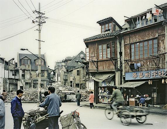Thomas StruthPEOPLE ON FUXING DONG LU, SHANGHAI. 1997C-Print, Diasec. 87,8x111,2cm (122x141cm). Einer von zehn nummerierten Abzügen.
