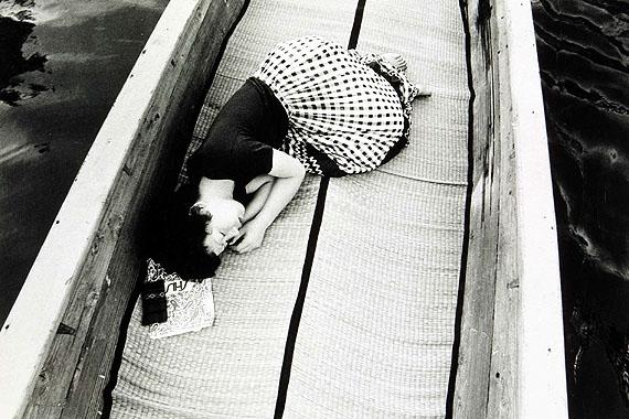 Nobuyoshi Araki. Aus der Serie: My Wife Yoko, 1968-1976. s/w-Fotografie, 40 x 57 cm. Österreichische Fotogalerie, MdM Salzburg. © Nobuyoshi Araki