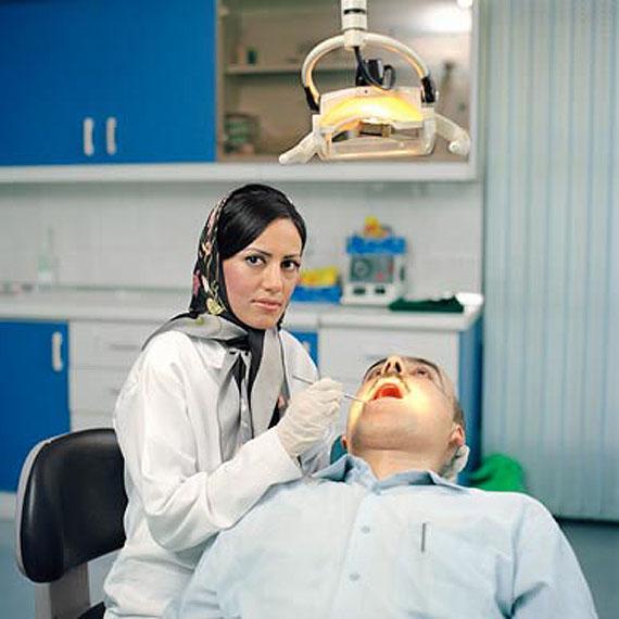 Paolo WoodsSanaz, 32 ans, est dentiste dans le quartier de Jalaliyé à Téhéran.