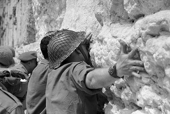 Gilles Caron: Israëli soldiers at the Wailing Wall, Jerusalem, Six-day war, June 1967Gelatin silver print. (11,8 x 15,7 inches) Edition of 12 and 3 artist proofs.