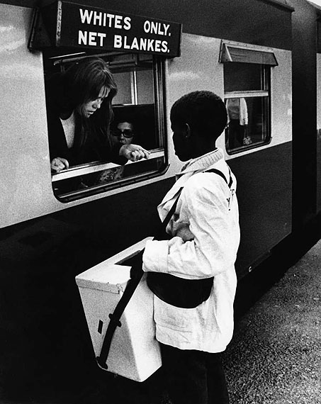 Abisag Tüllmann, Rassentrennung am Bahnhof in Kapstadt, Südafrika, 1971 © bpk / Abisag Tüllmann, Berlin