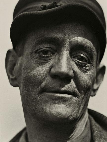 Emil Otto HoppéPorträt eines Industriearbeiters, 1925© The E.O. Hoppé Estate Collection at Curatorial Assistance, Inc., Pasadena, California