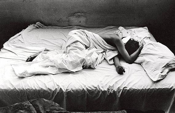 Will McBride, Barbara in unserem Bett, Aufnahme für 'twen', 1959 © Will McBride und Münchner Stadtmuseum