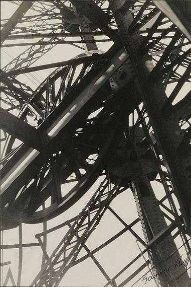Germaine KrullEiffelturm | 1927 Silbergelatineabzug 36,1 × 24,2 cm Stiftung Ann und Jürgen Wilde© Fotografische Sammlung im Museum Folkwang Essen / Nachlass Germaine Krull
