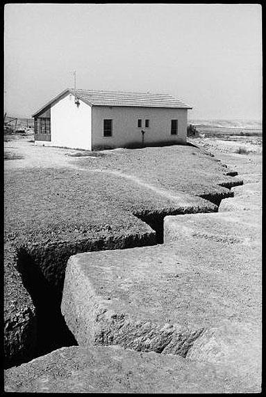 © Micha Bar-Am/ Magnum PhotosSchützengräben, Kibbuz Hatzerim, Negev, 1956