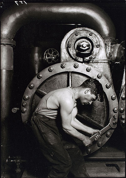 Lewis Hine, Power plant worker at the steam turbine, 1920, gelatin-coated paper; Münchner Stadtmuseum © George Eastman House, Rochester