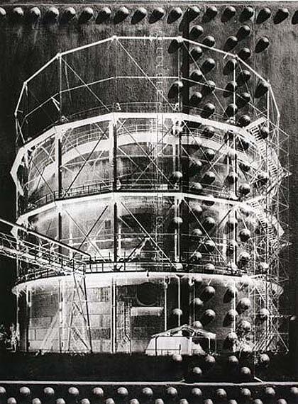 Heinrich Heidersberger, Gasometer, Braunschweig, 1952, gelatin-coated paper, negative print Münchner Stadtmuseum © Institut Heidersberger, Wolfsburg