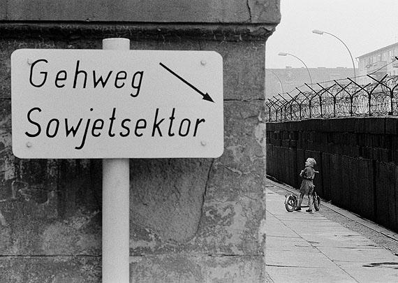 Thomas HoepkerKind an der Berliner Mauer im Wedding, Berlin (West),1963