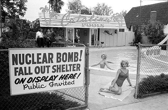 """© Max Scheler Estate, """"Atombunker zu verkaufen"""", Los Angeles 1961"""