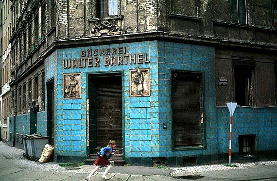Straße mit alter Bäckerei, Halle 1991 © Thomas Hoepker / Magnum