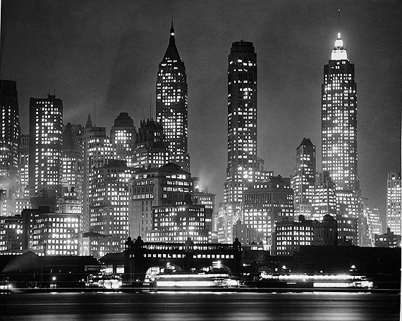 Andreas Feininger, Downtown Manhattan am Abend, New York, 1940© AndreasFeiningerArchive.com, c/o Zeppelin Museum Friedrichshafen
