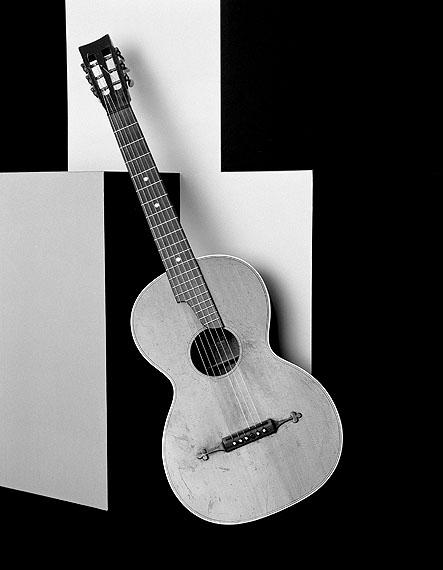Shirana Shahbazi[Gitarre-01-2009]Gelatin-silver print / Silbergelatine-AbzugGalerie Bob van Orsouw, Zürich© Shirana Shahbazi