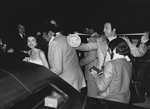 Circa 1980: Los Angeles – Ron Galella measures his distance from Jackie Onassis. CREDIT: Brad Elterman/Ron Galella, Ltd.