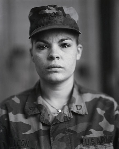 Aus der Reihe / from the series: U.S. Army Reserve on Red Alert, Gulf War Rallies, 1990. P.F.C. Maria I. Leon, Bethlehem, Pennsylvania© Judith Joy Ross, courtesy Pace/MacGill Gallery, New York und Sabine Schmidt Galerie, Köln, 2011