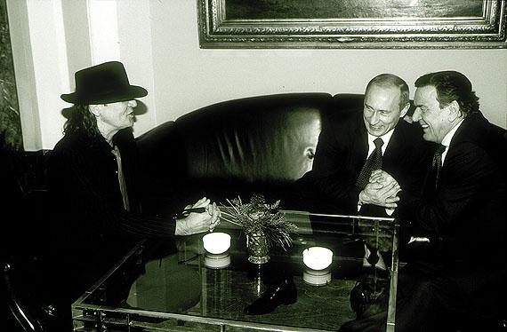Bundeskanzler Gerhard Schröder, Staatspräsident Wladimir Putin und Udo Lindenberg im Hotel Atlantic Hamburg, Dez 2004 © Dieter Blum