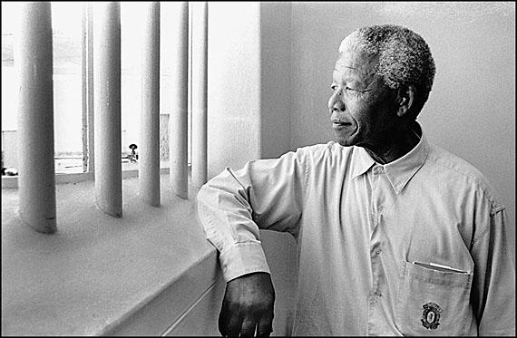 © Jürgen Schadeberg, Nelson Mandela beim Besuch seiner ehemaligen Gefängniszelle auf Robben Island, 1994