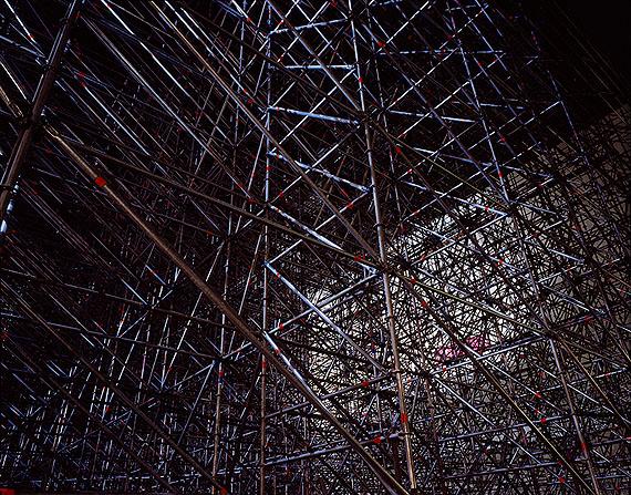 Jörg Steck, aus dem Diptychon 'the devotion of construction', 2008, C-Print hinter Acryl, 100x127 cm