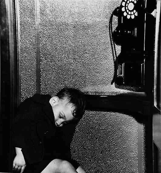 © WEEGEE/ICP, um 1940In der Telefonzelle eingeschlafen