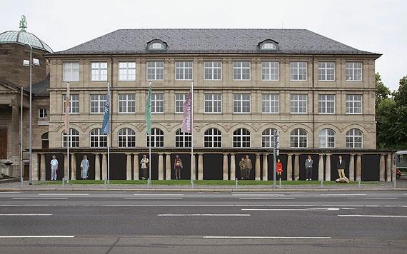 Installationsansicht: Museum Wiesbaden, Kolonnaden, Oktober 2011 bis Februar 2012Emanuel Raab, MenschenBild (2006–2011)Inkjetdruck auf Papier, je 300 x 200 cm