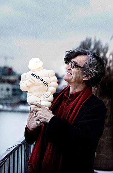 Regisseur Wim Wenders mit Michelin-Mann© Jim Rakete / Deutsches Filmmuseum