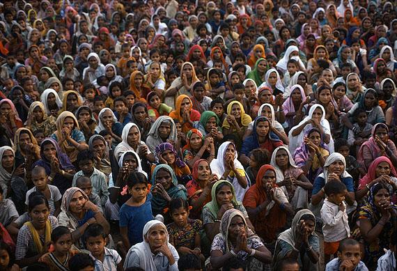 © Eve Arnold / Magnum PhotosBei einer Versammlung mit Indira Gandhi.Uttar Pradesh, 1978.At an Indira Gandhi rally. Uttar Pradesh, 1978.