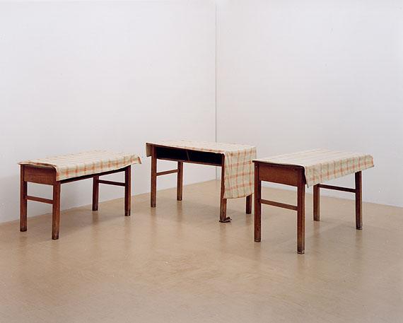 Ricarda Roggan, Drei Tische mit braunen Beinen III© Ricarda Roggan