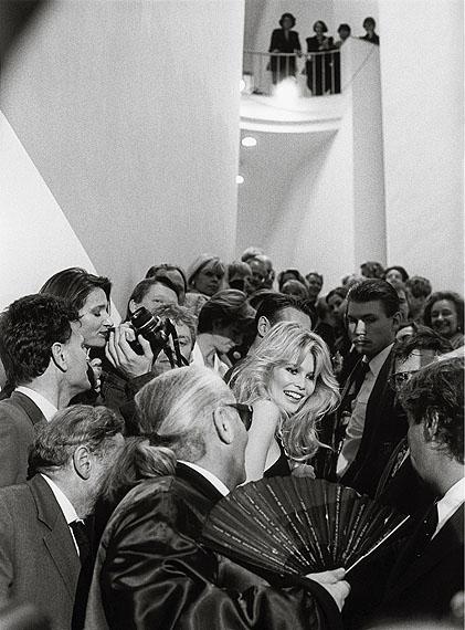 Claudia Schiffer, Karl Lagerfeld, Museum fur Moderne Kunst, Frankfurt am Main, 1994© Barbara Klemm