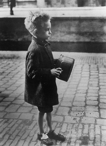Emmy Andriesse, Boy with pan on his way to a soup kitchen food distribution. Amsterdam, spring 1945. Coll. JHM
