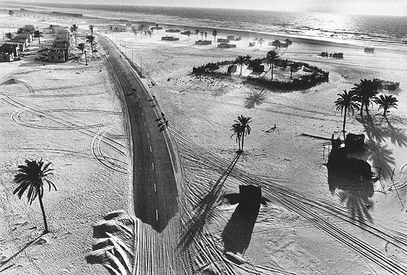 Caravan, United Arab Emirates, 1975 © René Burri / Magnum Photos