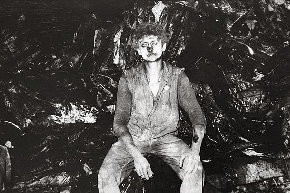 Lot 87) Gundula Schulze Eldowy (Erfurt/Germany *1954), ANDREAS, DER RUßKÖNIG. 1985. Gelatine silver print. 13,4 x 20,0 cm. 1.600 - 2.100 EUR