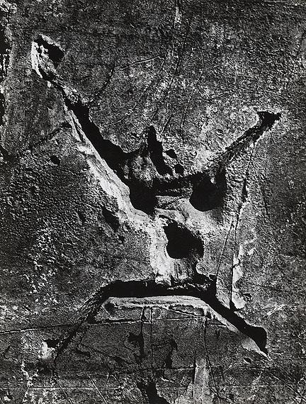 """Brassaï, Graffiti, """"Der Tod"""", 1949. Vintage, Gelatinesilberabzug hochglänzend.30,4 x 23 cmSchätzpreis € 8.000"""