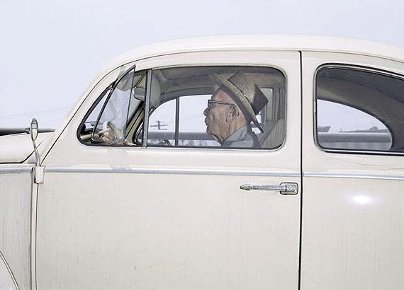 """Aus der Serie VECTOR PORTRAITS""""Mann (Pfeifen hörbar?), der an der US Route 101 bei ca. 88 km/h an einem Sommertag im Jahr 1989 fährt""""Digital C-Print, 38 x 89 cm. Auflage: 10© Andrew Bush"""