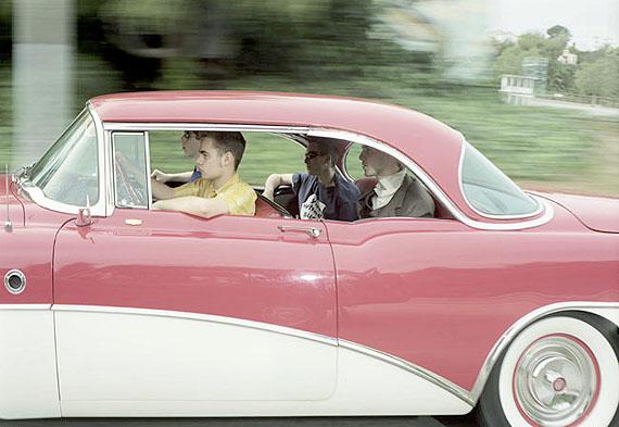 """Aus der Serie VECTOR PORTRAITS""""Beverly Hills Gymnasium Schüler (?) fahren Richtung Westen bei 61 km/h entlang Sunset Boulevard an einem Wochenende im Februar 1997""""Digital C-Print, 38 x 89 cm. Auflage: 10© Andrew Bush"""