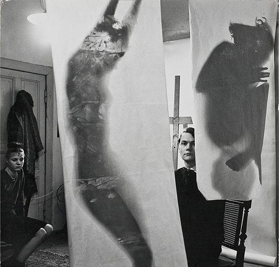Floris Neusüss, Selbstbildnis mit Fotogrammen, Atelier Uhlandstraße, Berlin 1962