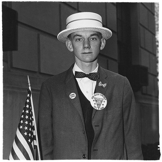 Junge mit Strohhut, der darauf wartet, in einer Pro-Kriegsparade mitzumarschieren, N.Y.C., 1967 © The Estate of Diane Arbus