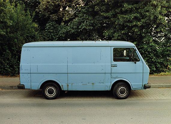 Bernhard Fuchs, Blauer VW-Transporter, Düsseldorf-Heerdt, 2003Sammlung Niedersächsische Sparkassenstiftung, Hannover© Bernhard Fuchs 2012
