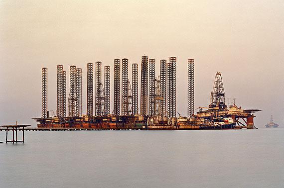 SOCAR Oil Fields #6 . Baku, Azerbaijan . 2006© Edward Burtynsky . Courtesy Nicholas Metivier, Toronto . Stefan Röpke, Köln