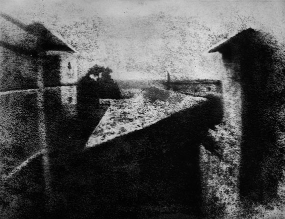 Joseph Nicéphore Niépce: Blick aus dem Fenster in Les Gras, 1826 (Reproduktion Helmut Gernsheim)Historische Gernsheim-Collection / Harry Ransom Center, The University of Texas at Austin