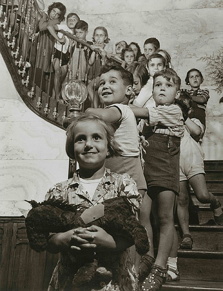 Children on the stairs. Toulouse, France, 1946 © Walter Rosenblum