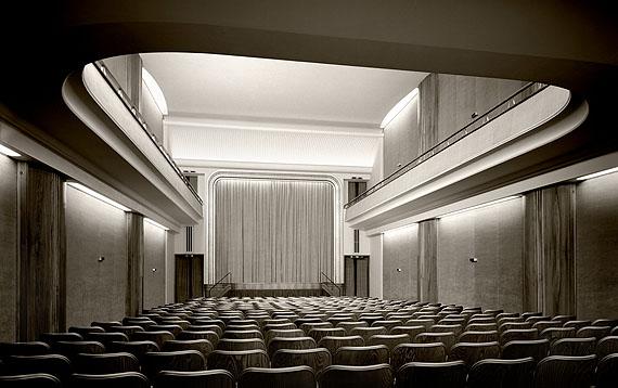 Karl Hugo Schmölz, Rex am Ring: Blick auf die Bühne von den letzten Stühlen. 1951 © Archiv Wim Cox