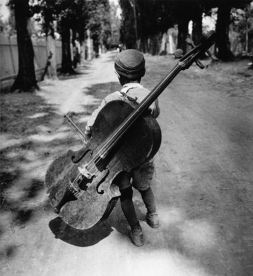 Eva Besnyö, Zigeunerjongen met cello,  Hongarije, 1931, courtesy HUP Gallery
