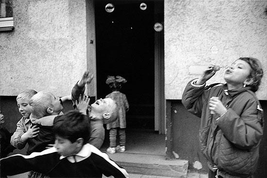 """Brigitte Kraemer """"Kinder aus Kasachstan in der Landestelle"""", Unna-Maaßen, 1991; 26,6 x 40 cm, Inkjetprint, Hahnemühle"""