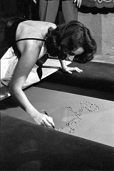 © Max Scheler, Elizabeth Taylor vor dem Graumans Chinese Theatre, Hollywood, USA, 1956