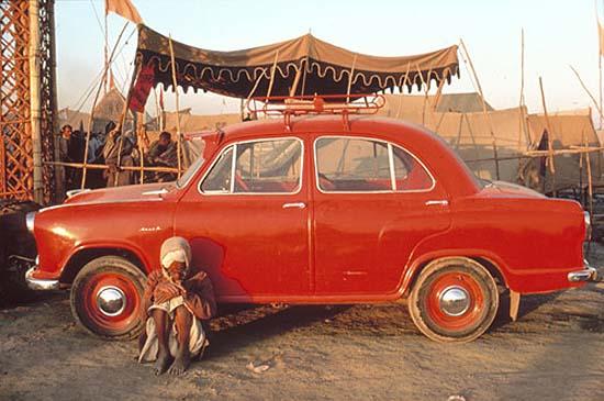 Pilgrim and Ambassador car, Kumbh Mela, Prayag, Uttar Pradesh, 197725 x 37,5 cm / 40 x 50 cm, C-Print, Edition 25Nachlass-Stempel Raghubir Singh, signiert,betitelt, nummeriert verso durch den Nachlass© 2002 by Succession Raghubir Singh