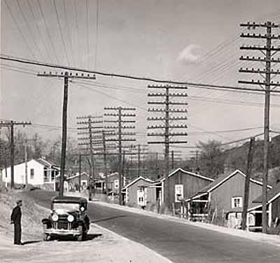Walker Evans . Minor shacks on the road near Montgomery, Ala. 1936