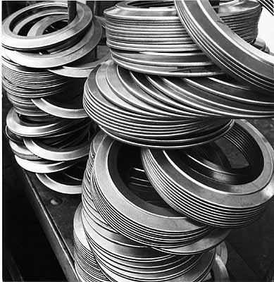 Gezogene und abgekantete Blechteile des Transporters auf Transportgestell, Silbergelatine, Sammlung F.C. Gundlach