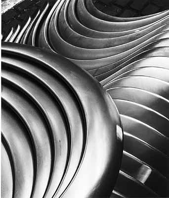 Kotflügel hinten nach Abkanten und Beschneiden mit Schleifspuren in Presswerk Halle 2, Silbergelatine, Sammlung F.C. Gundlach
