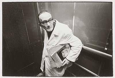 3/1/69, 20.11.1969 (aus der Serie Menschen im Fahrstuhl, 20.11.1969), Silbergelatineabzug © Heinrich Riebesehl